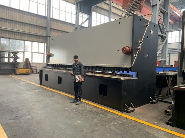 Indian customers visit our factory to inspect Hydraulic Guillotine Shears(visia)